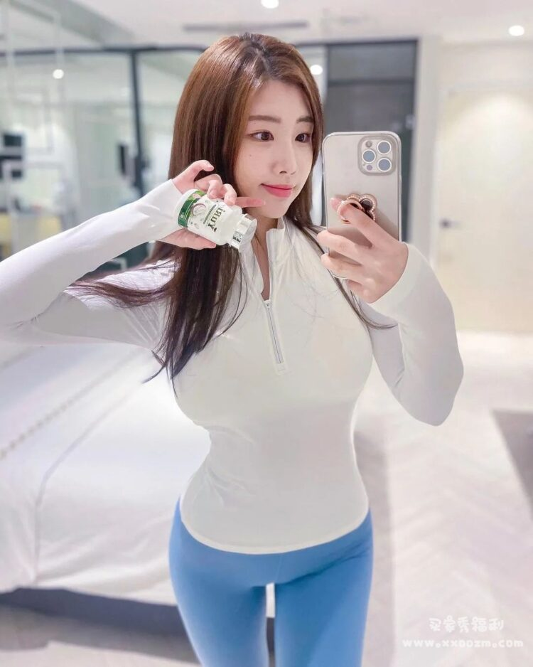 性感曲线让人无法转移视线的韩国人气美艳辣妹 전예빈