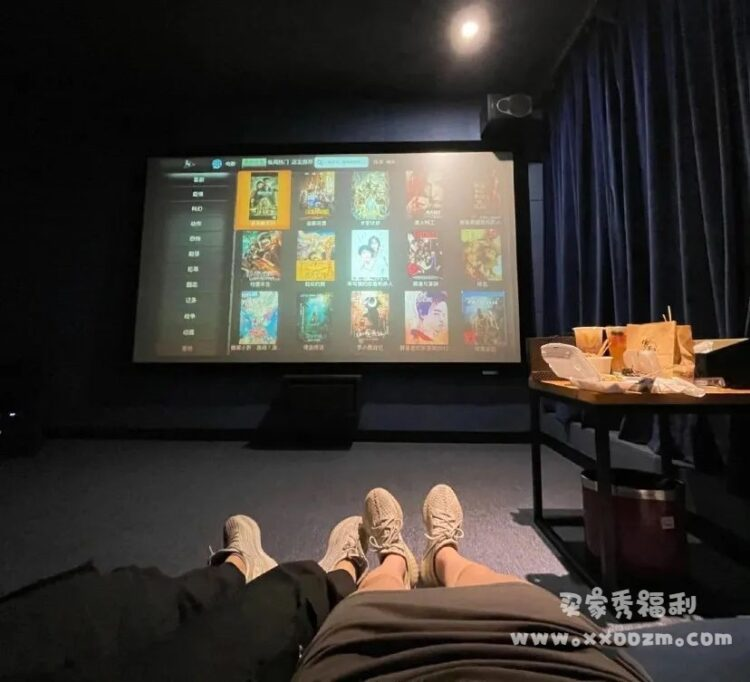 情侣去私人影院都做什么,真的是乖乖看电影吗?