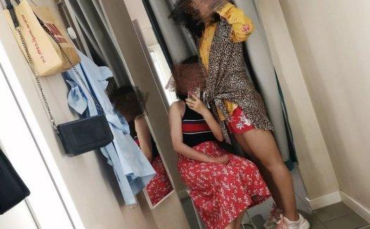 在优衣库试衣间,女网红脱了半小时裤子!